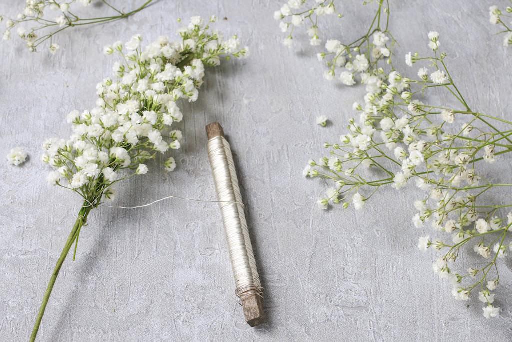 2.小さく切り分けたカスミソウを、リースワイヤーで1に巻きつけて固定していきます。全体のボリュームを見ながら少しずつ足していき、花の向きは一定方向を保ちましょう。リースワイヤーは1束ごとにいちいち切らず、下へずらしながら使っていって大丈夫です。