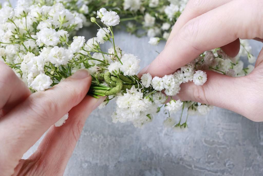 3. 全体に花を巻きつけたらワイヤーの端同士を引っ掛けて完成です。
