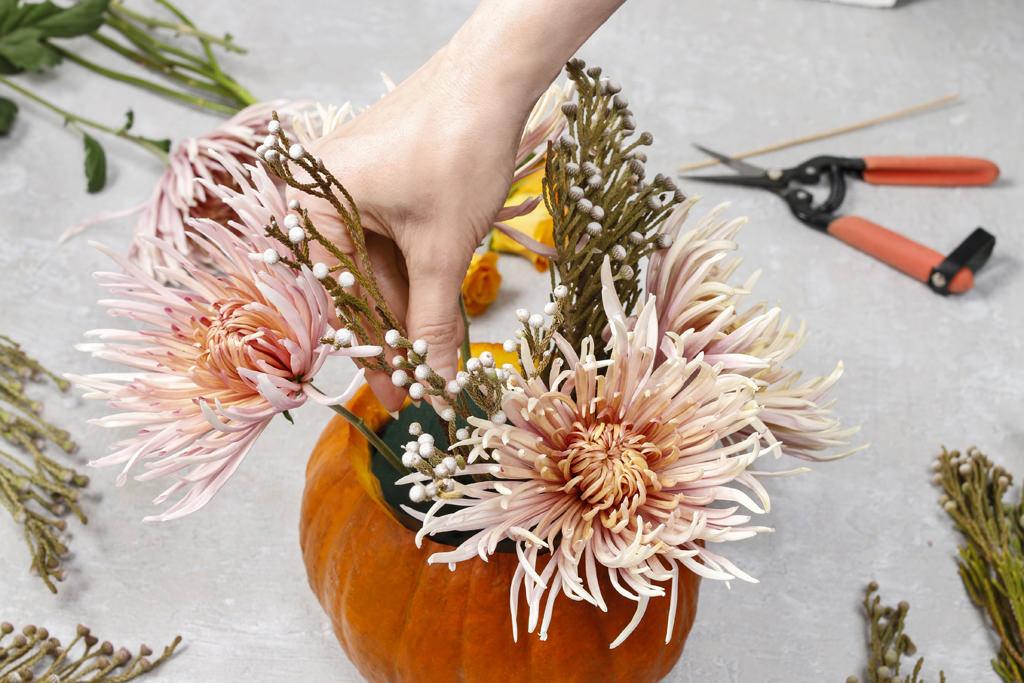 4. 花をさしていきます。メインの大きな花を先に挿し、間に小花を挿していきます。