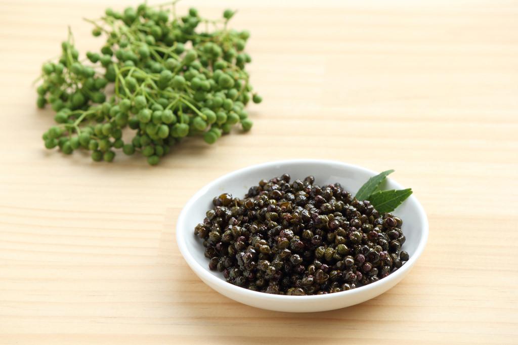 「実山椒の佃煮」 作り方は下処理をした実山椒に、醤油、酒、みりんで汁けがなくなるまで20〜30分煮ると出来上がり。
