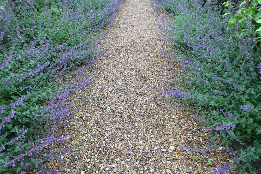 砂利でつくる小道