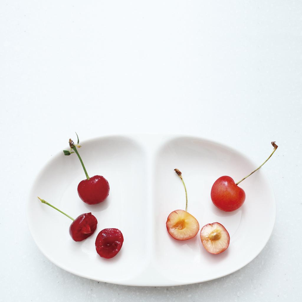 左がサワーチェリーの「ノーススター」、右は生食用の甘いサクランボ。サワーチェリーは中まで赤いのが特徴。