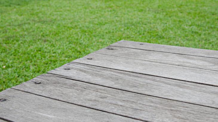 芝生とウッドデッキのメンテナンス