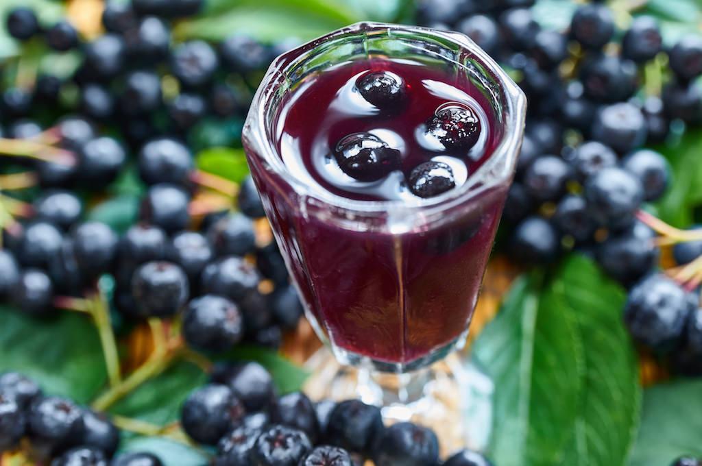 生では渋くて食べられませんが、お酒やジャムにすると美味しくいただけます。果実の美しい紫色にはポリフェノールがたっぷり含まれています。