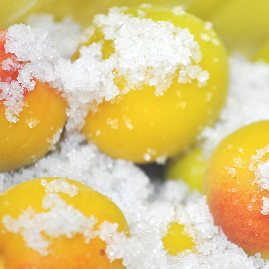③ボウルの中で梅に塩をよくまぶし、ジッパー付きのビニール袋に入れて、平らに寝かせて冷蔵庫の野菜室に入れます。