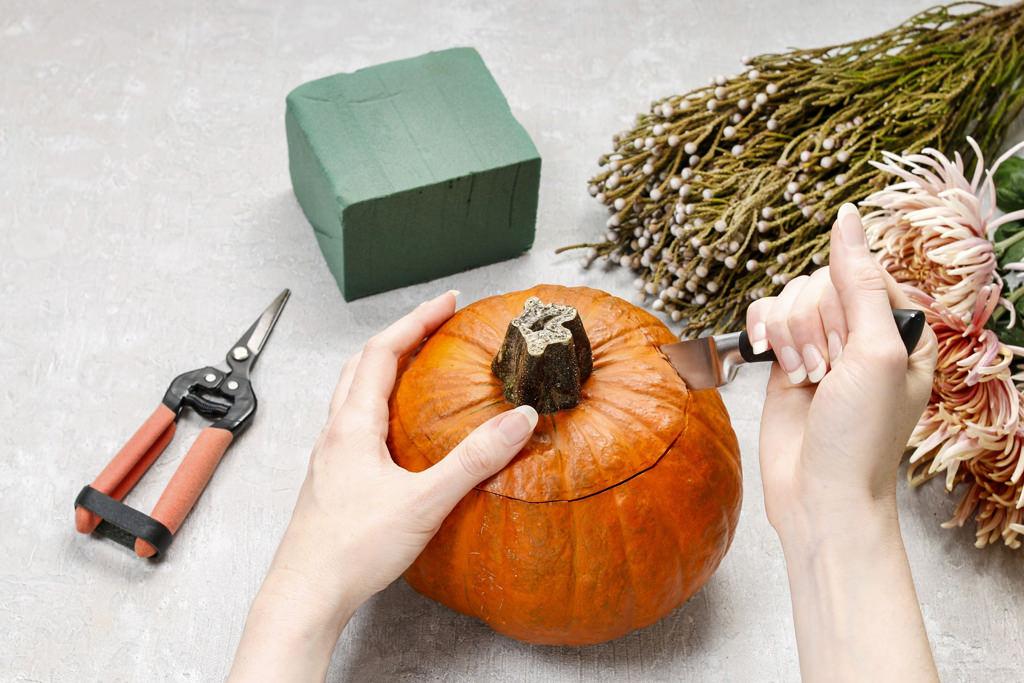 1. 座りの良いカボチャを選んで、上部に丸くナイフを入れます。