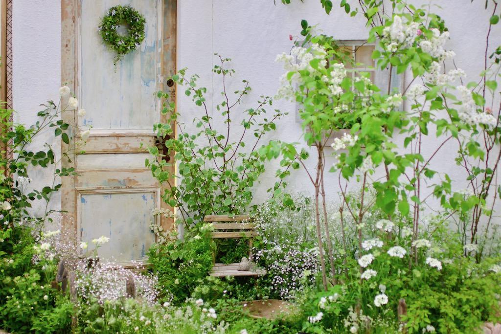 白い花ばかりを集めたホワイトガーデン。カスミソウが庭にレースをかけたような繊細な雰囲気をかもし出しています。2017年開催国際バラとガーデニングショウ「Green Calm House」さんの作品。