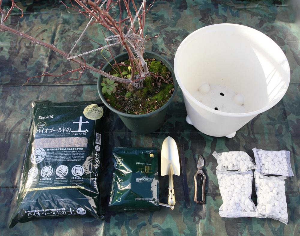 つるバラを植え付ける道具一式