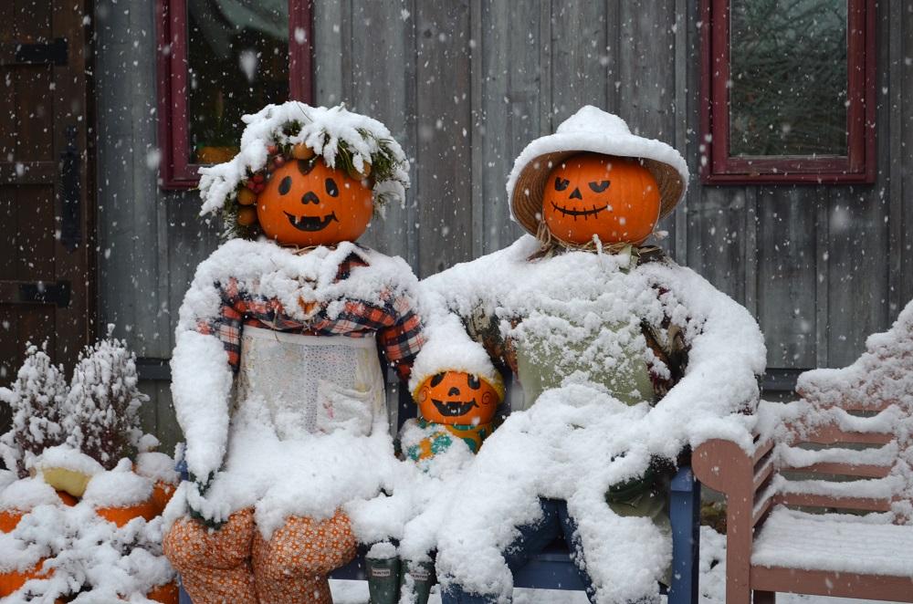 雪をかぶるハロウィンカボチャの人形