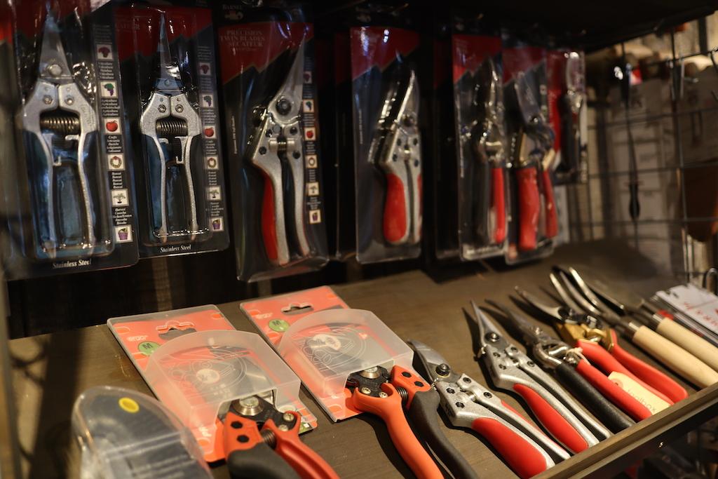 スイス製のフェリコのハサミなどもラインナップ(園芸ショップ「toolbox世田谷」)