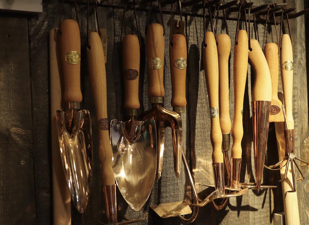 オーストリアのPKS Bronze社の園芸用スコップなどが並ぶ(園芸ショップ「toolbox世田谷」)