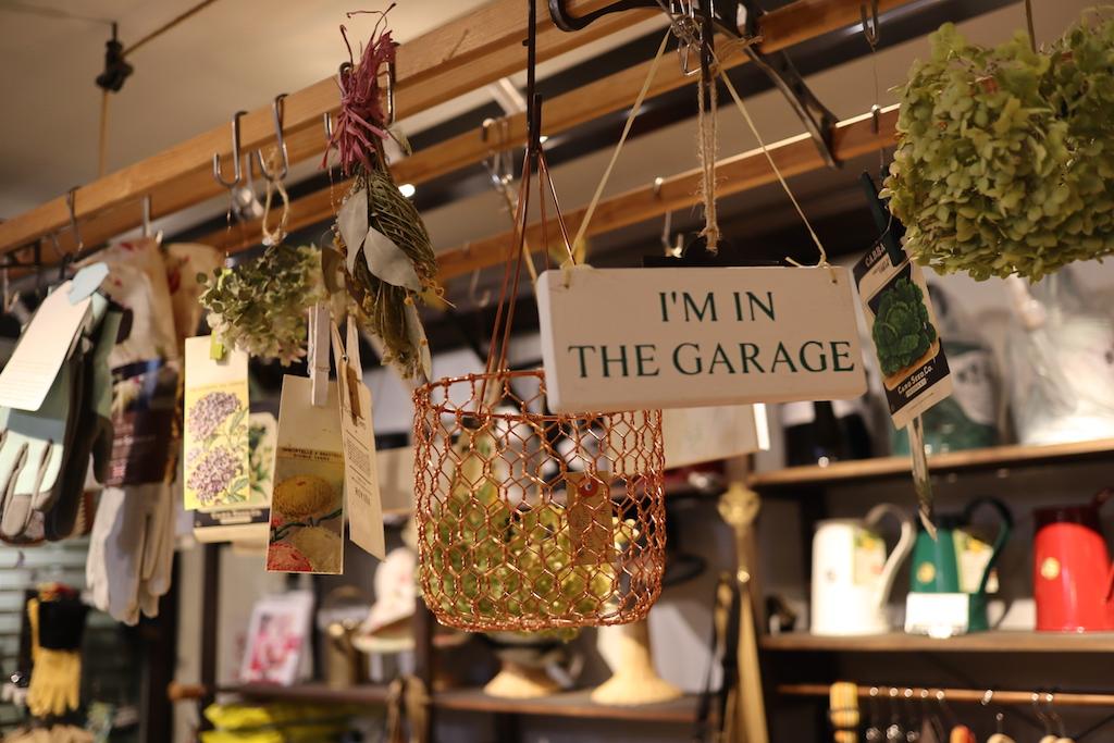 イギリス製のガーデンサインやドライフラワーなども(園芸ショップ「toolbox世田谷」)