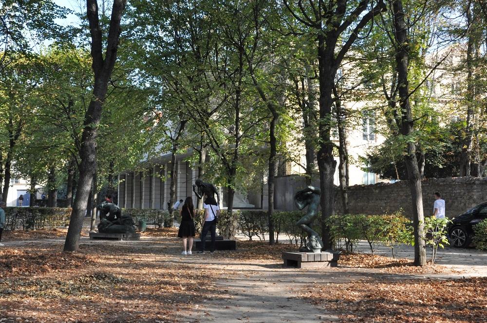 秋の木漏れ日と彫刻。