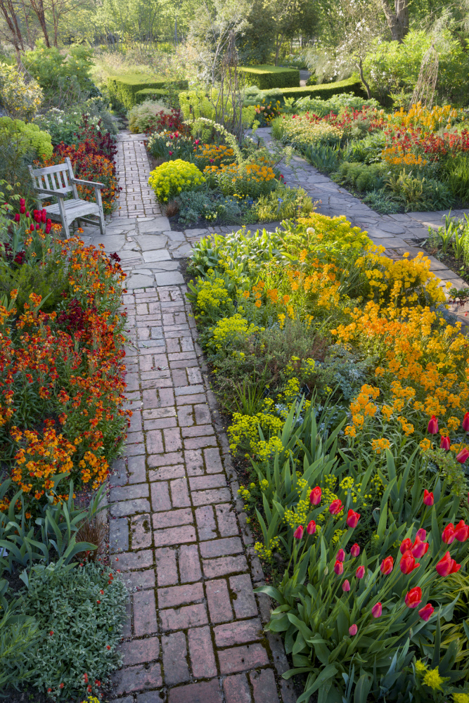 春の植栽。扉の前にはハロルドも腰掛けたガーデンチェアが。 ©National Trust Images/Andrew Butler