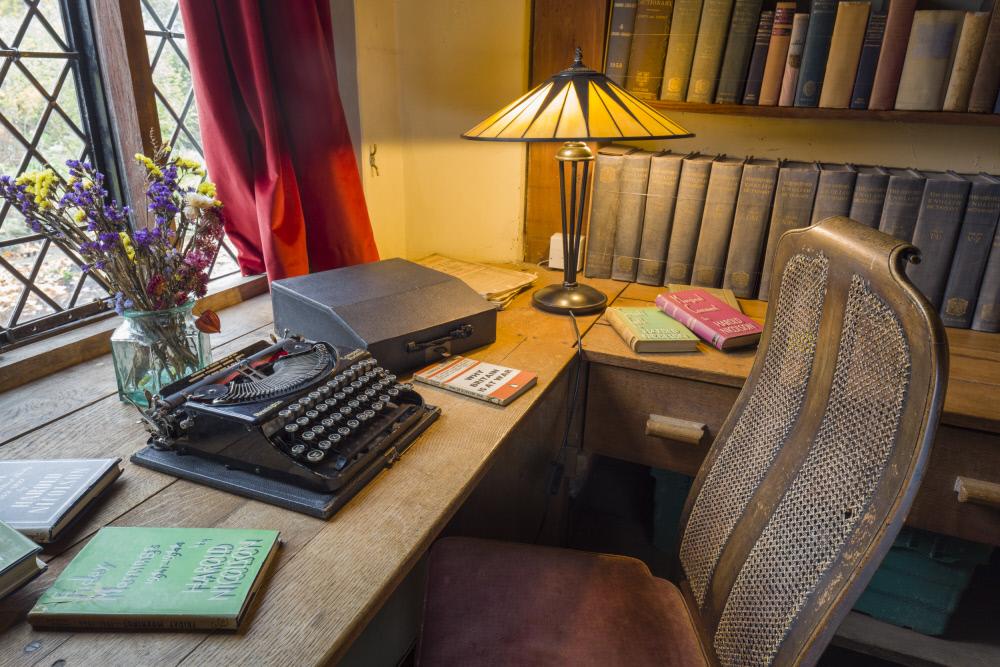 ハロルドが書斎として使ったブックルーム。窓から庭を見渡すことができます。 ©National Trust Images/James Dobson