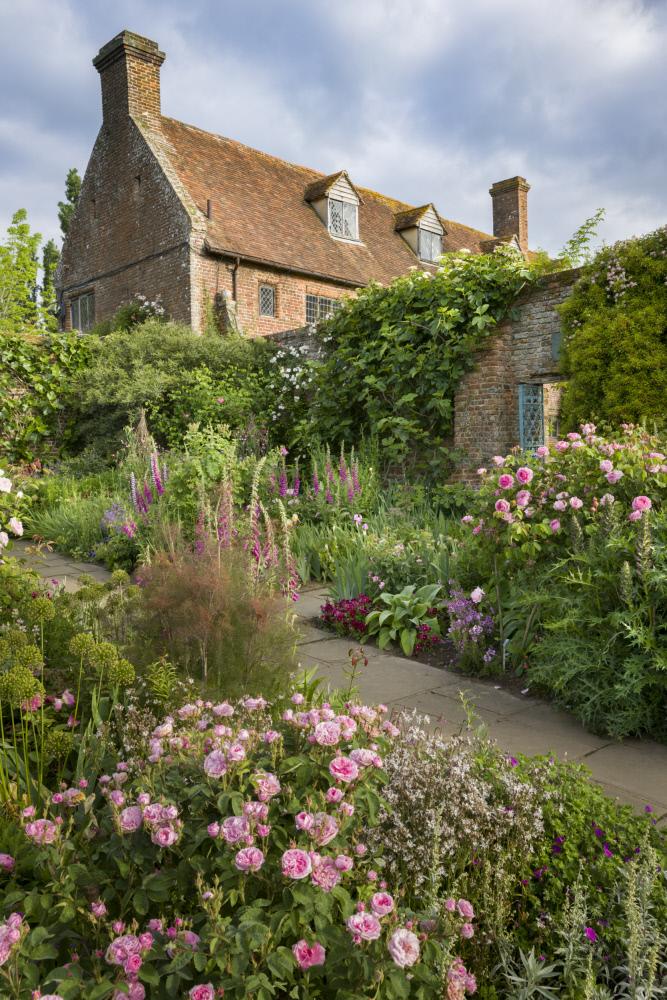小さなゲートの先に広がるヴィタの花世界。©National Trust Images/Andrew Butler