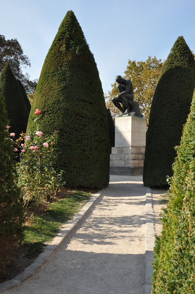 ローズガーデンと「考える人」のブロンズ像