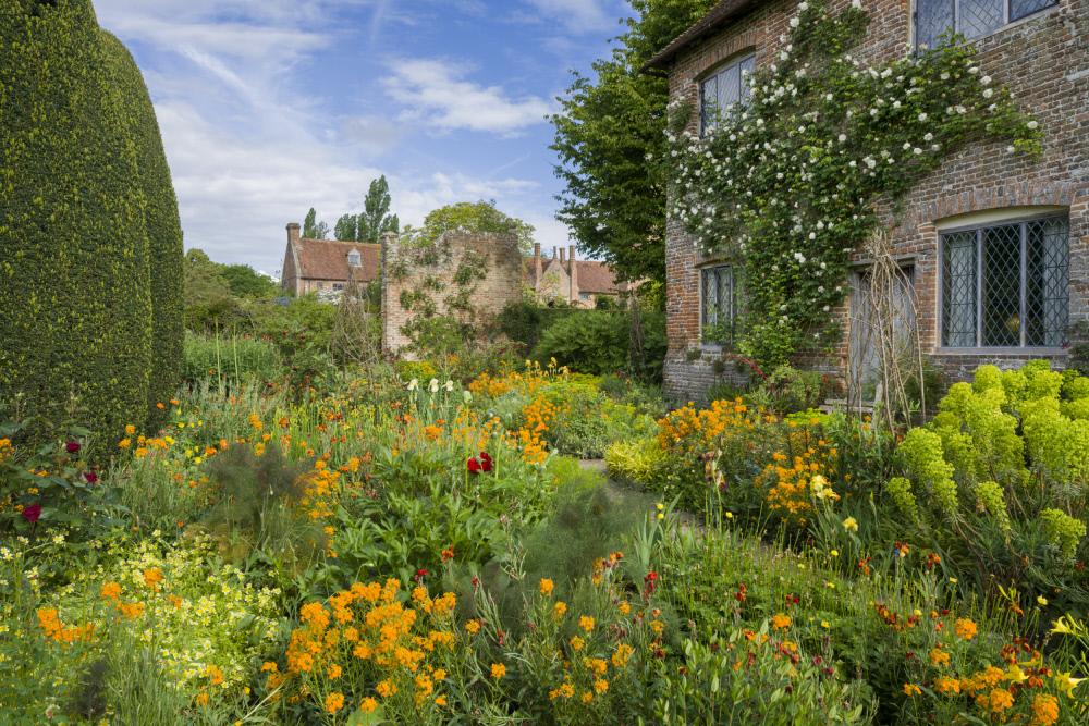 古びたコテージの壁には、2人が地所を購入した日に植えたバラ'マダム・アルフレッド・キャリエール'が今も伝います。©National Trust Images/Andrew Butler