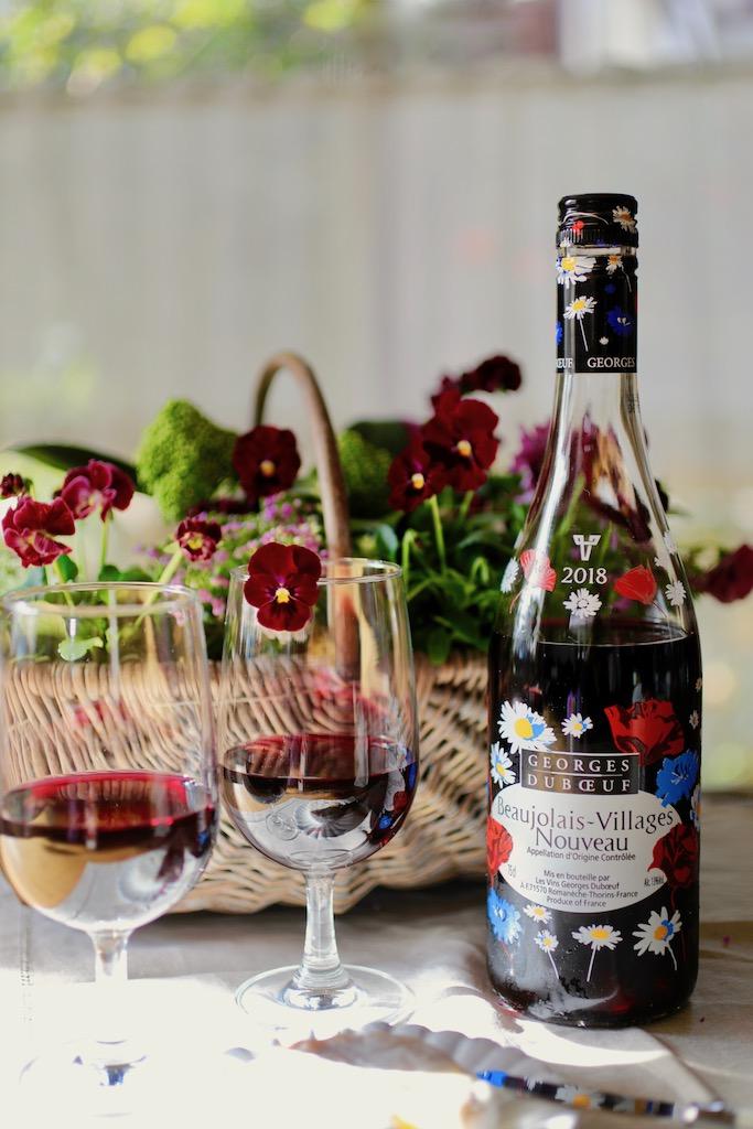 ワインをグラスに注いで