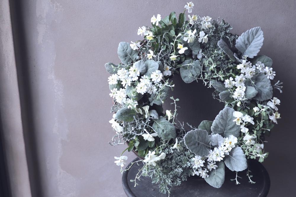 クリスマスの純白のリース