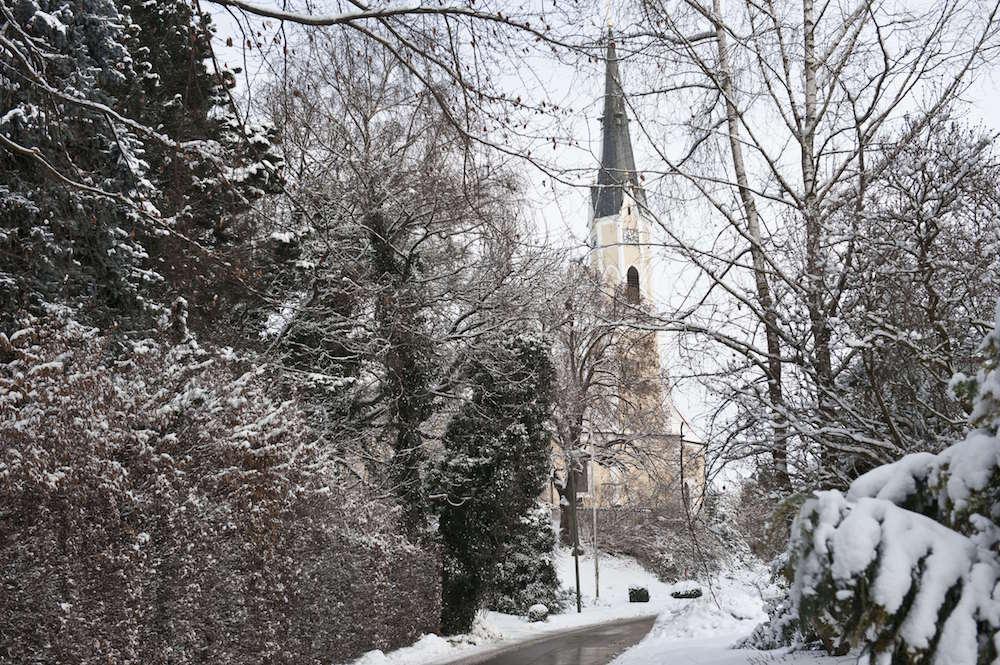 雪の中、教会へ行く