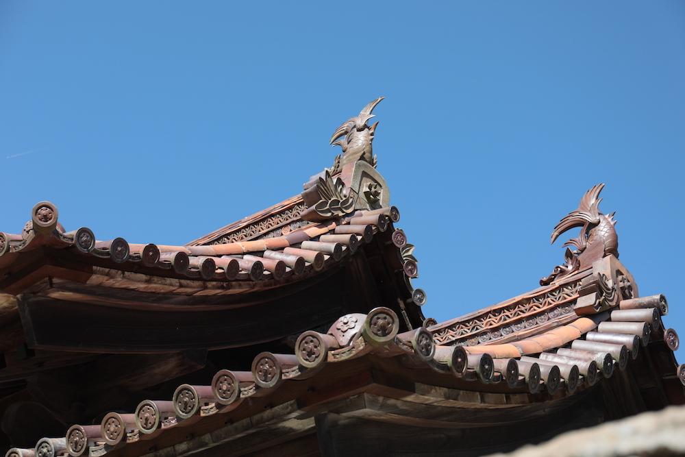 棟に鯱が乗った備前焼の本瓦葺きの校門