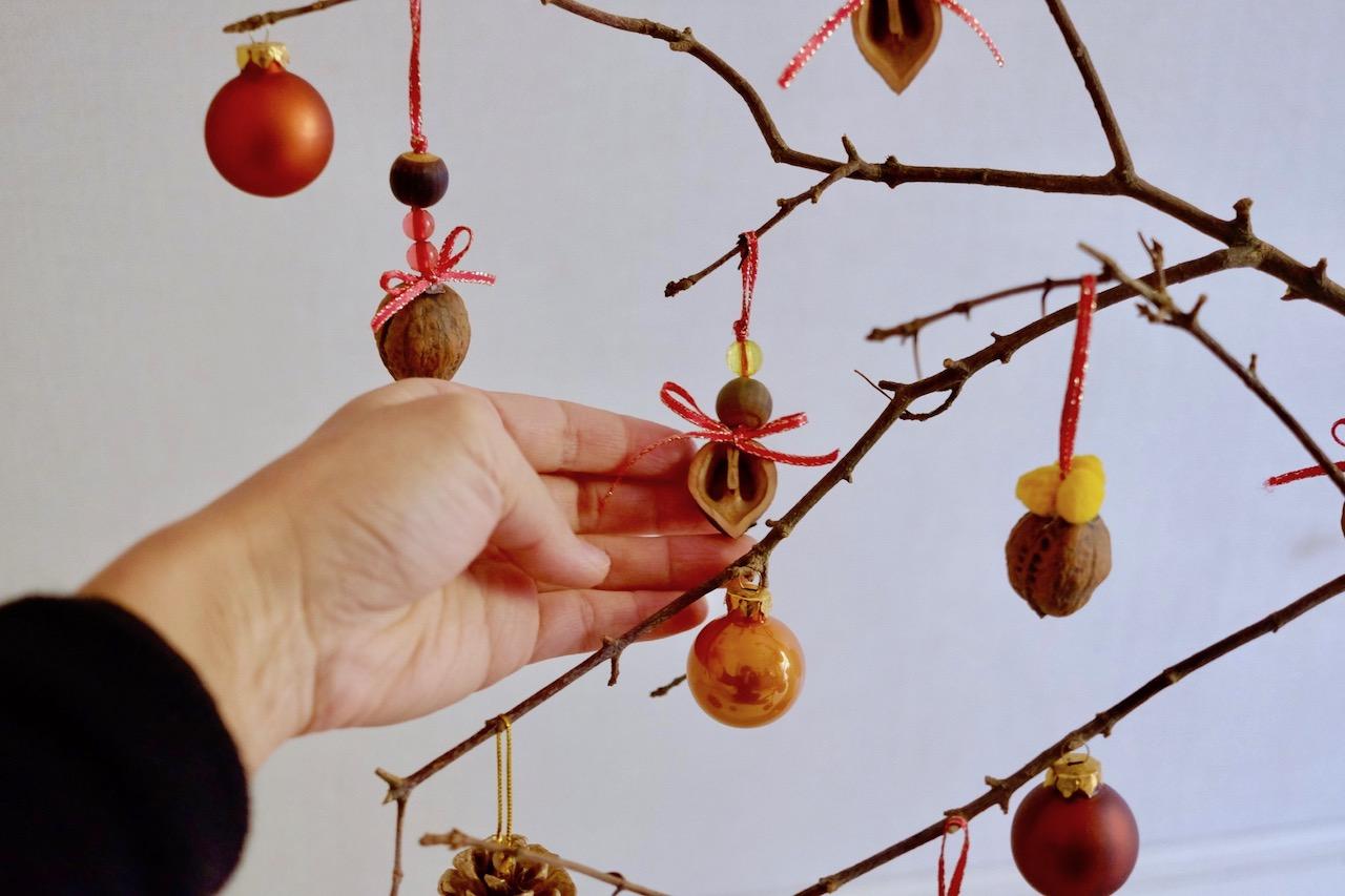 枝にオーナメントを飾る