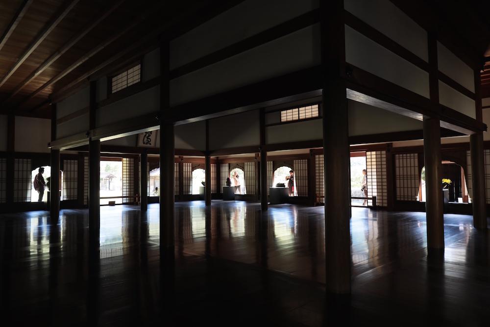 備前焼の現代作品が展示された旧閑谷学校の講堂内