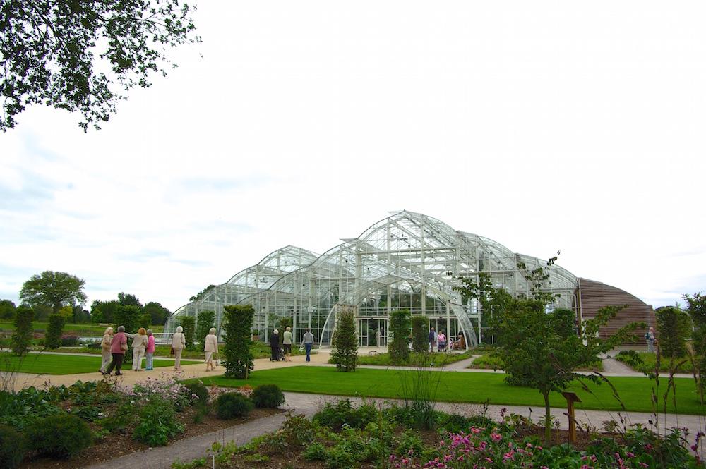 白いフレームと曲面が多用された温室