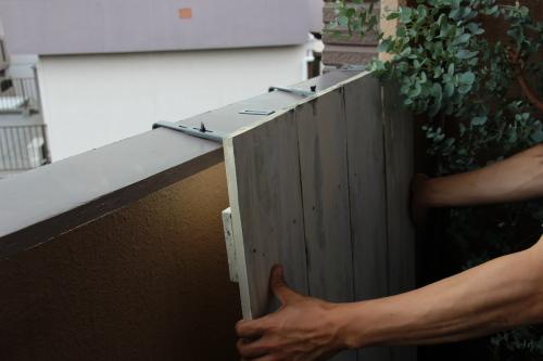 木板で壁を隠す
