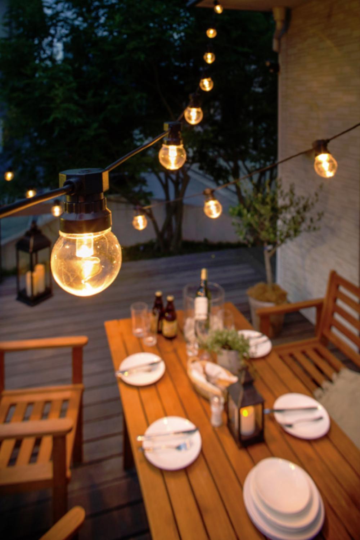 光で屋外の食事空間を華やかに