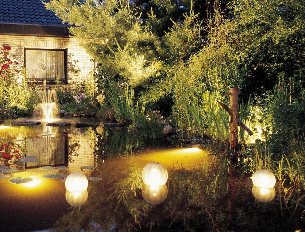 池やプールにも光を浮かべて幻想的に