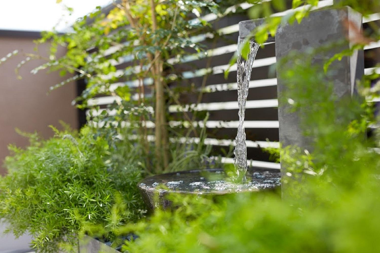 庭に水のある風景