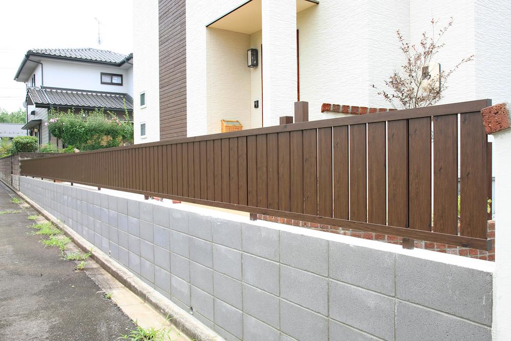 フェンスは、下方の一部だけをブロック塀にすることでも、目隠し効果を高めることができます。