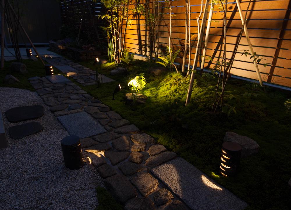 一定間隔に柄が浮かび上がる照明を配置すれば和モダンな雰囲気に