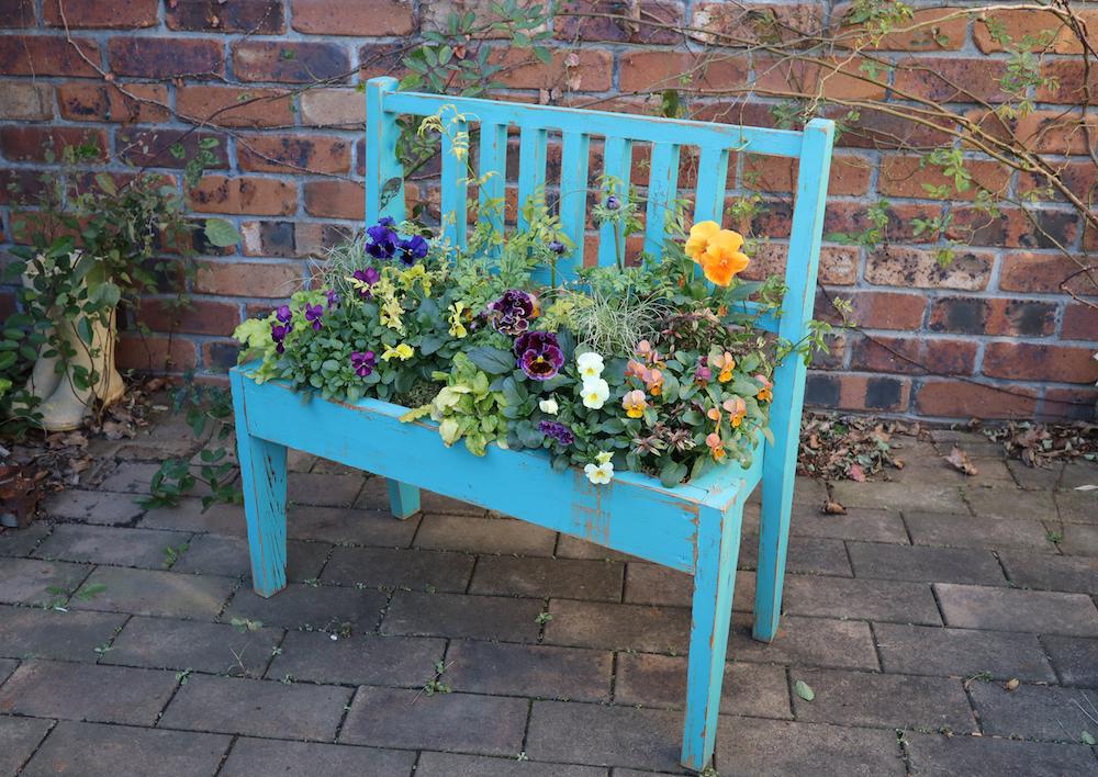 手作りのベンチに寄せ植え