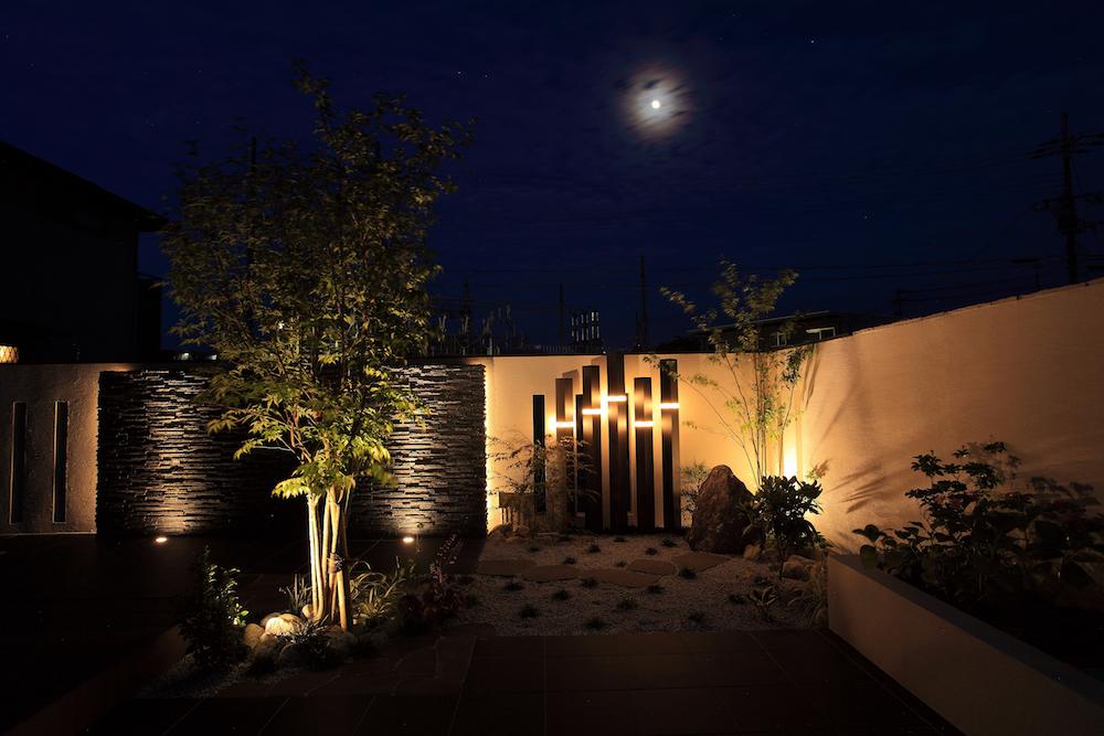 和風の庭に、直線的な光源を入れて植物などの影を強調