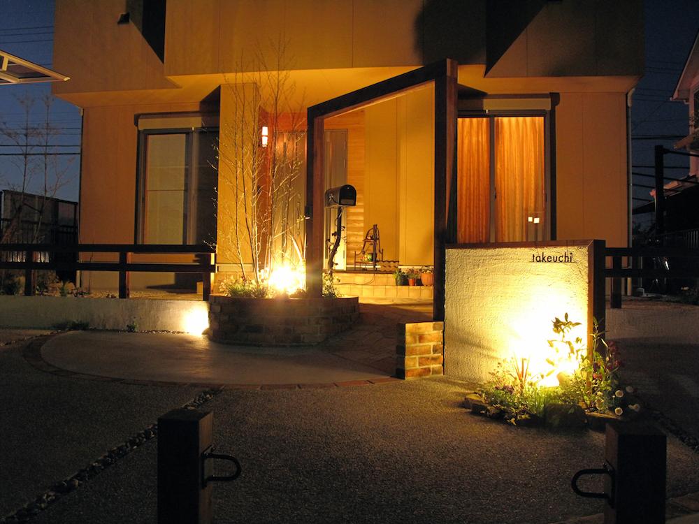 カントリー調の空間は温かい色味の柔らかい光で照らす
