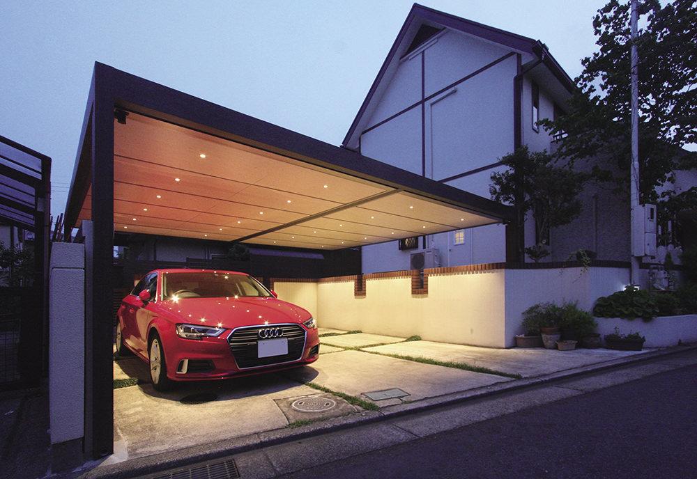 明るい木目調カラーの天井と駐車スペースの広がりで、車のショールームのようなゴージャスなイメージに
