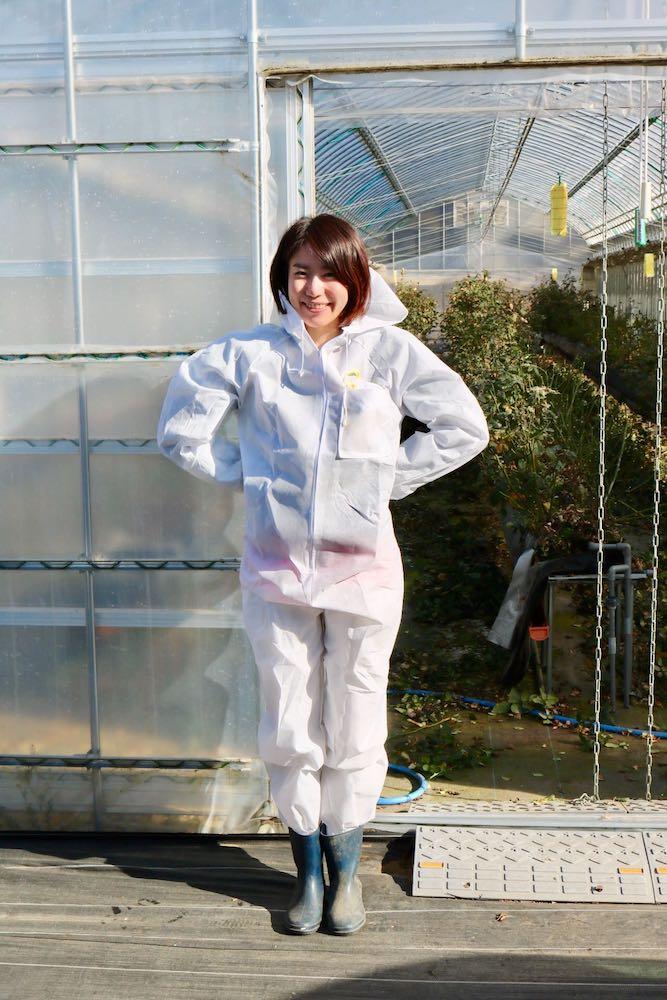 食べられるバラ栽培地レポート-防護服を着用