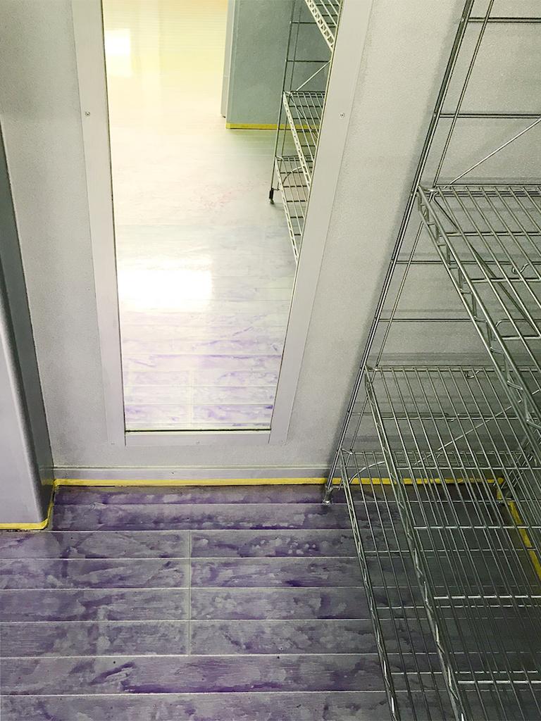 シルバーの床に着彩