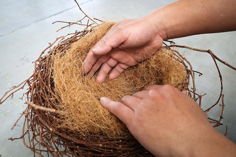 ココヤシ繊維を敷く
