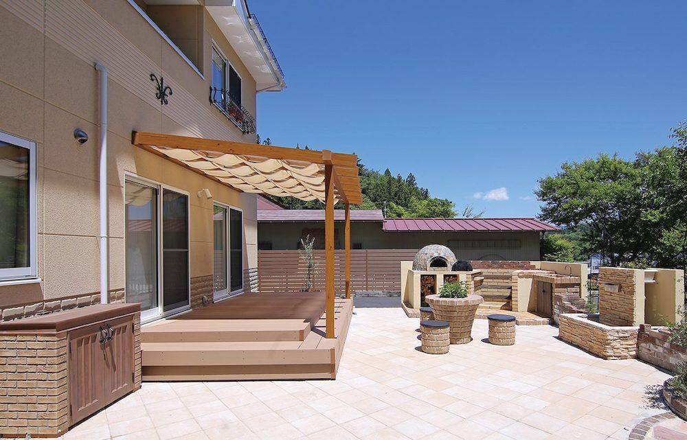テラスは、足場をタイル仕上げにするだけでデザイン性が加わり、庭の雰囲気が一気に変わります