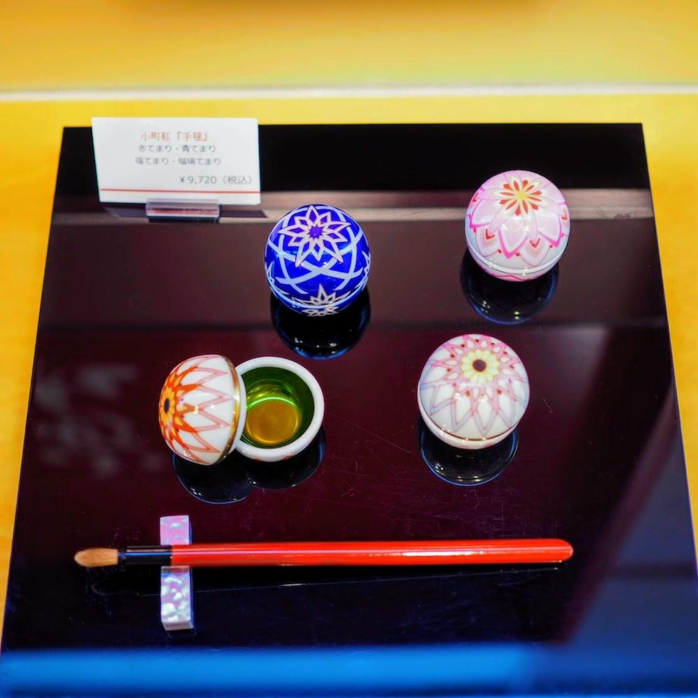小町紅『手毬』9,000円(税抜き)は、まさに手毬をモチーフにした有田焼の器に紅が塗られています。