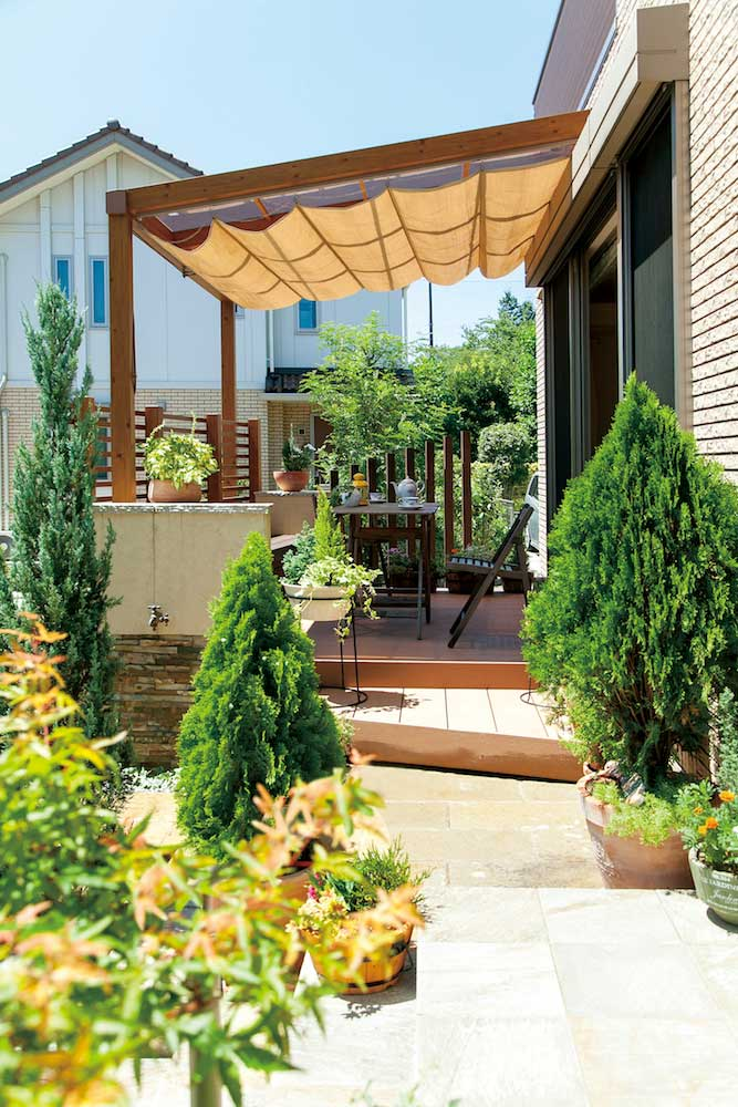 タイルテラスと、フレームに使っているエバーアットウッドのナチュラルパインとの色を合わせた自然なイメージのポーチガーデン