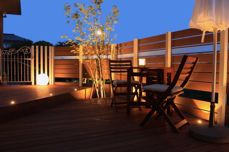 庭をおしゃれにライトアップ! 光でくつろぎの外空間をつくろう