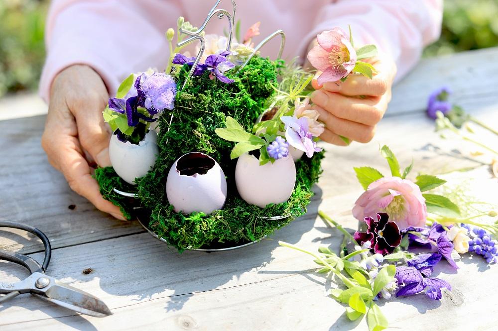 卵に花を飾る