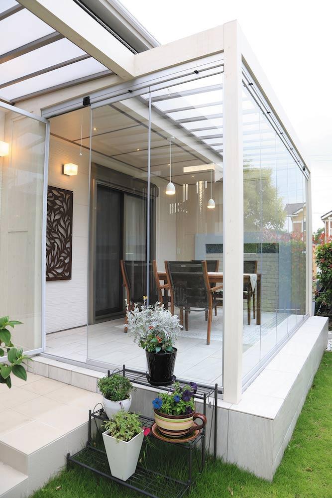 白いクリアなフレームと透明ガラスに囲まれたオールグラスポーチ。