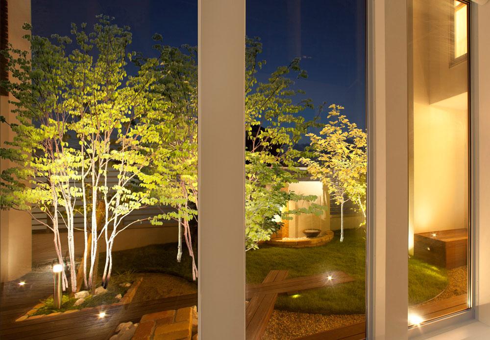 暗くなりがちな中庭をライトアップ