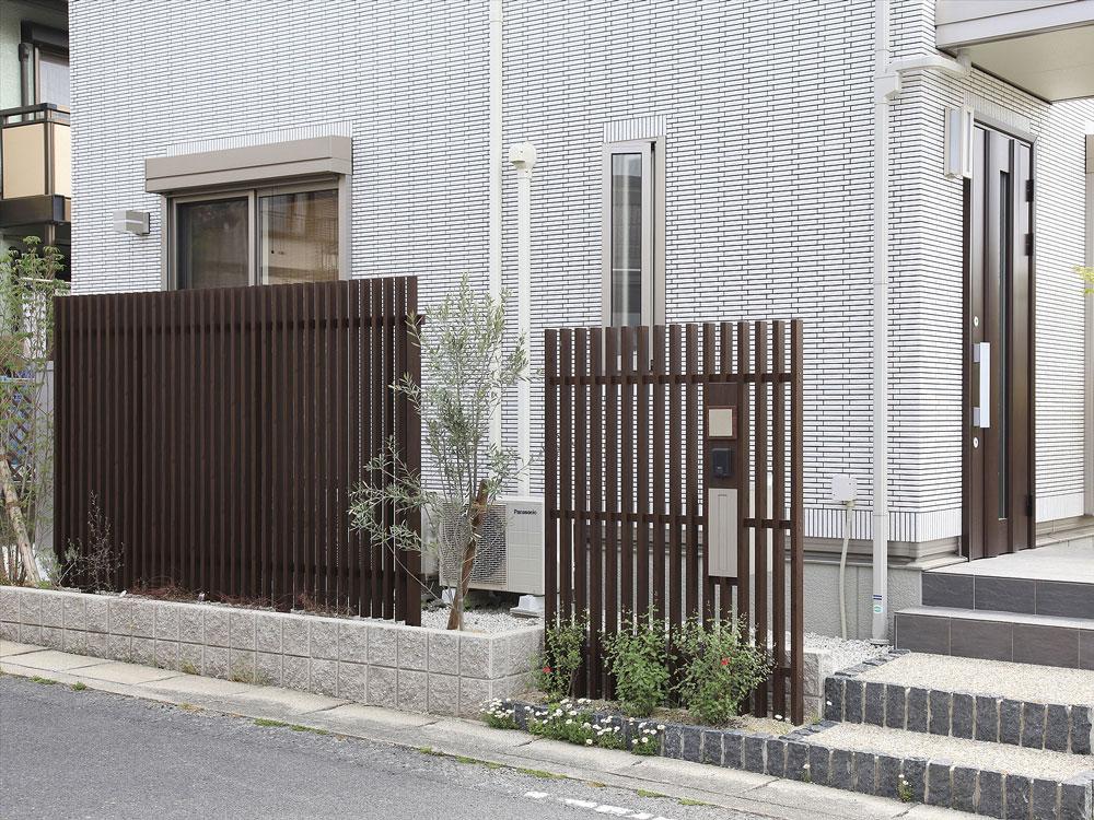 濃いブラウン色の格子の門柱